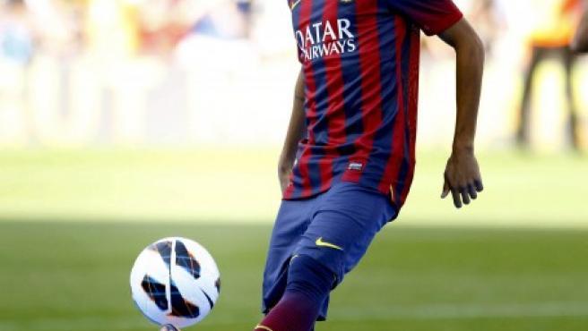 El jugador brasileño del FC Barcelona, Neymar da Silva da unos toques al balón durante su presentación en el Camp Nou de Barcelona.