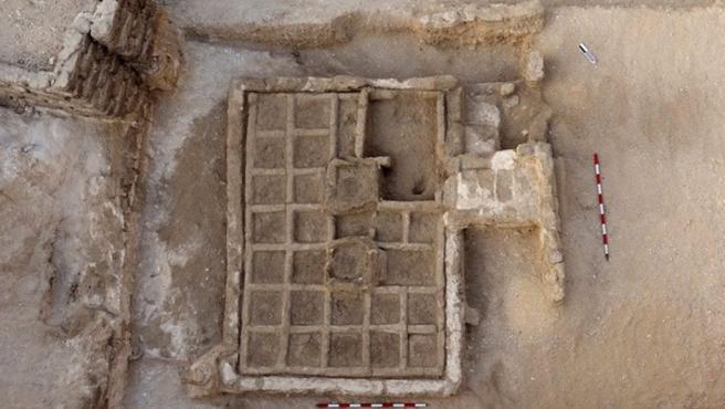 Un equipo arqueológico español ha descubierto en el sur de Egipto un jardín funerario de hace casi 4.000 años perteneciente al Imperio Medio (1.980-1790 a.C.). Cerca de la ciudad de Luxor, en la zona de Dra Abu al Naga, los arqueólogos desenterraron la estructura que mide 3 metros y se divide en cuadrados de unos 30 centímetros.