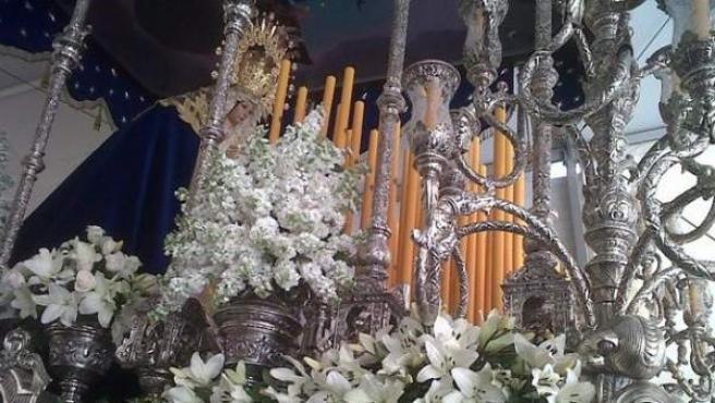 Montaje del paso de la Virgen de los Desamparados.