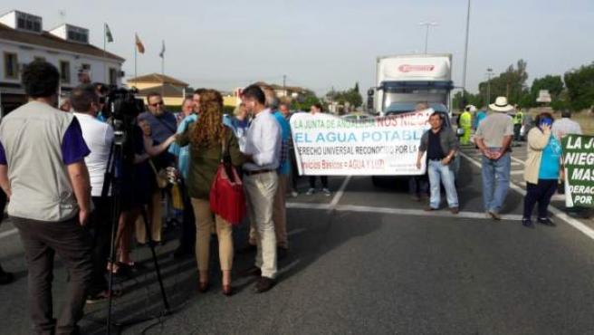 Parcelistas cortan la carretera de Palma del Río