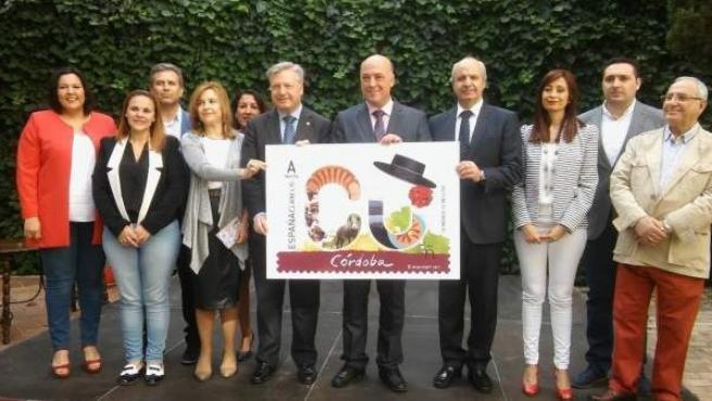 Ruiz (centro) y otras autoridades posan con la imagen del sello