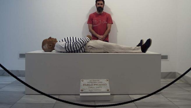 El madrileño Eugenio Merino observa su escultura hiperrealista del artista Pablo Picasso titulada 'Aquí murió Picasso', expuesta en la sede de la Alianza Francesa de Málaga ofreciendo la posibilidad de visitar la capilla ardiente del malagueño.