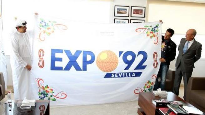 Un sevillano lleva la bandera de la Expo 92 a Dubai
