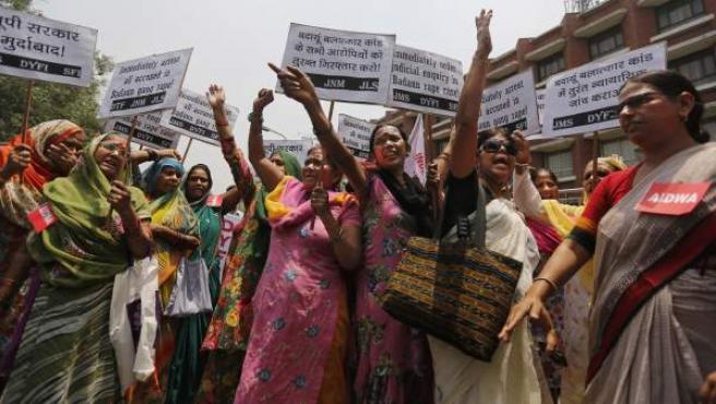 Manifestación en Nueva Delhi contra las violaciones de niñas y mujeres en la India.