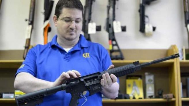 El propietario de una armería en Georgia, Estados Unidos, maneja un fusil.