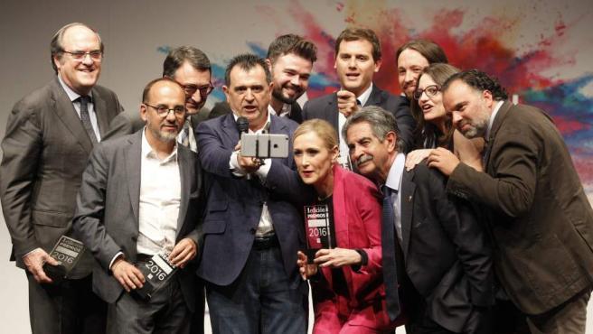 Arsenio Escolar, director editorial de 20minutos y presidente del jurado de los Premios 20Blogs, realizándose un selfie junto a los 'Políticos Conectados'.