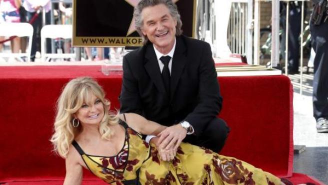 La actriz estadounidense Goldie Hawn (i) y su compañero, el también actor estadounidense Kurt Russell (d) posan en Hollywood, California, en el Paseo de la Fama de Hollywood.