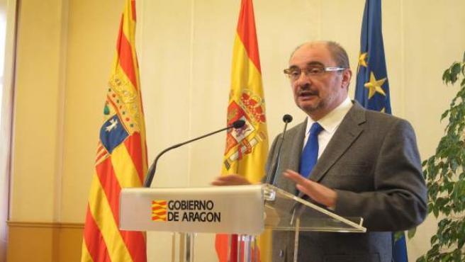 El presidente de Aragón, Javier Lambán, atendiendo a los medios en el Pignatelli