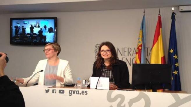La vicepresidenta Mónica Oltra junto a la consellera Maria José Salvador. Pleno.