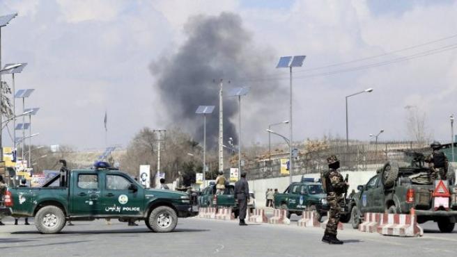 Miembros de las Fuerzas de Seguridad de Afganistán vigilan en las inmediaciones del hospital de Sardar Daud Khan en Kabul (Afganistán).