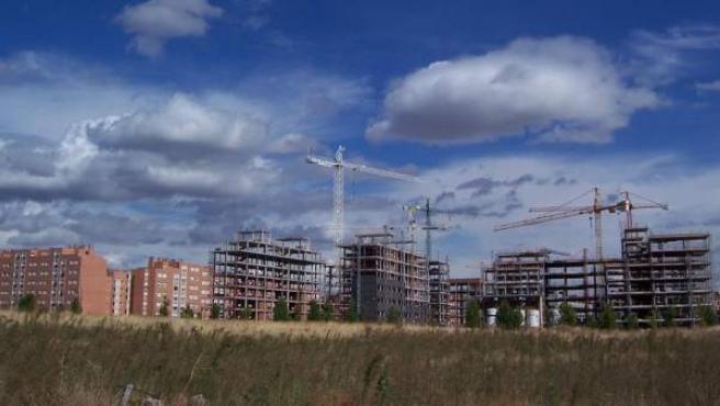 Edificios de viviendas en construcción junto a una promoción ya finalizada.