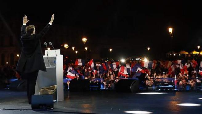 Emmanuel Macron, aclamado por una multitud en la explanada del Louvre.