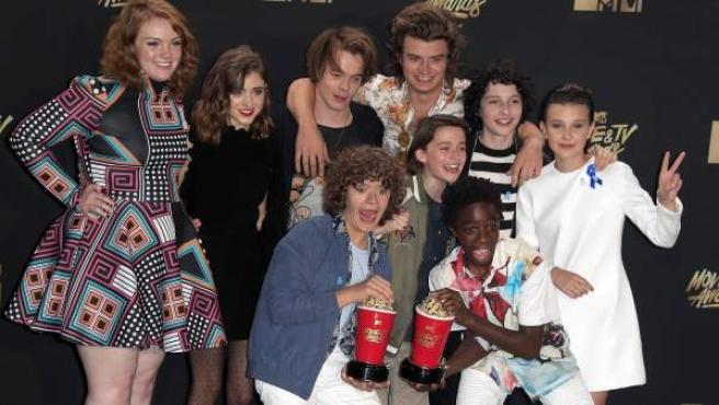 El reparto de la serie Stranger Things, con sus premios MTV.