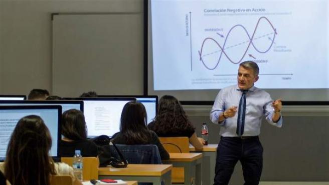 Unicaja ofrece formació financiera para invertir en bolsa a universitarios