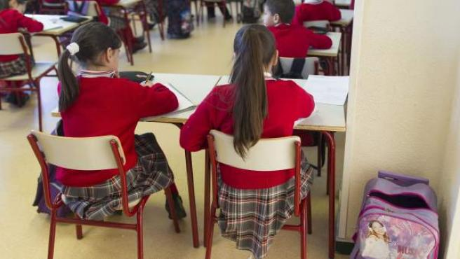 Varios alumnos de primaria, en un colegio.