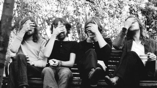 Los cuatro músicos de Pink Floyd posan con los ojos tapados en 1971