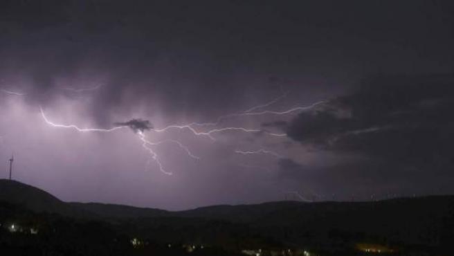 Imagen de archivo de un rayo en el cielo.