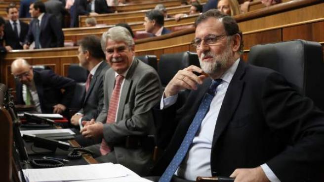El presidente del Gobierno, Mariano Rajoy (d), junto al ministro de Exteriores, Alfonso Dastis (2d), a su llegada hoy al Congreso.