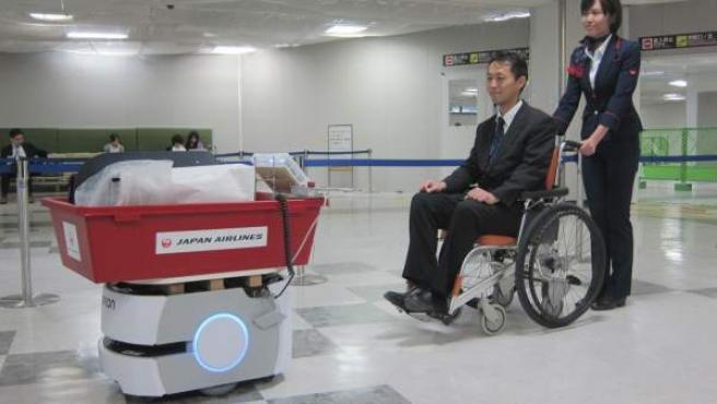 Imagen facilitada por la aerolínea Japan Airlines (JAL) que muestra al robot Omron LD Mobile transportando un equipaje.