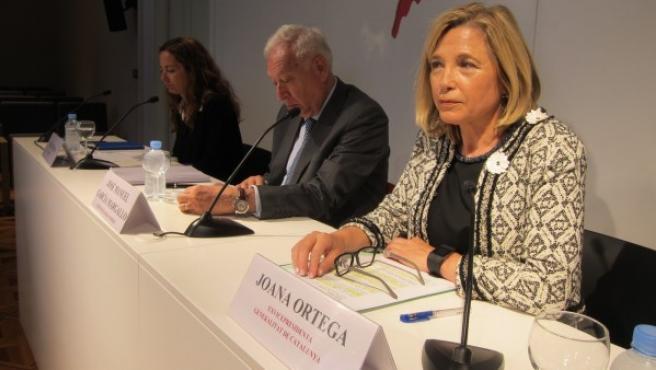 La exvicepresidenta de la Generalitat Joana Ortega ha coincidido con el exministro García-Margallo y la periodista Neus Tomàs en el ciclo de diálogos 'España plural, Catalunya plural' de la Asociación de Periodistas Europeos y la Fundación Diario de Madrid.