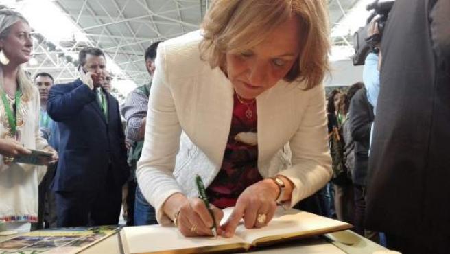 Consejera firmando el libro de visitas de Asaja Jaén en Expoliva
