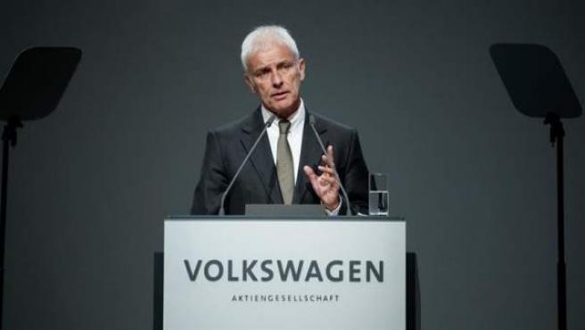 El presidente del fabricante automovilístico alemán Volkswagen, Matthias Müller, pronuncia un discurso durante la junta de accionistas de la compañía en la Deutche Messe AG en Hanover (Alemania).
