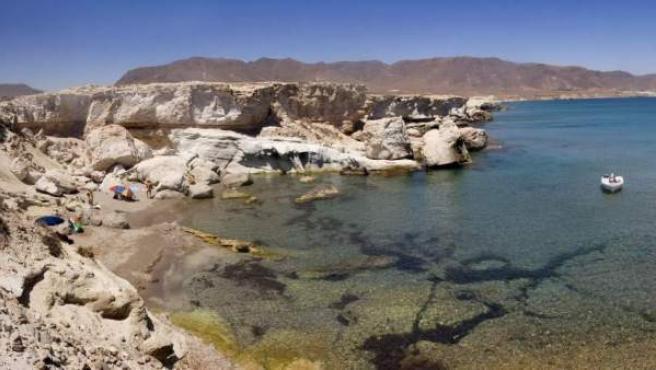 Vista de la playa de los Escullos en el Parque Natural Cabo de Gata, una de las Siete Maravillas Naturales de España.