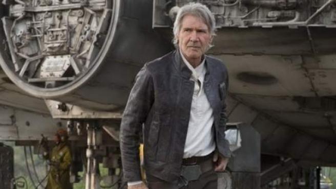 El actor Harrison Ford, interpretando a Han Solo en la película 'Star Wars: El despertar de la Fuerza'.
