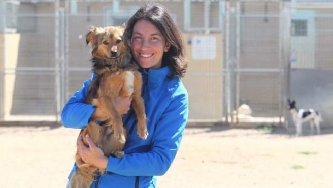Irene Herrero, portavoz de la Asociación Nacional de Amigos de los Animales (ANAA), con un perro en adopción en las instalaciones de la protectora.