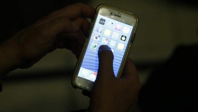 Un usuario utiliza su teléfono móvil.