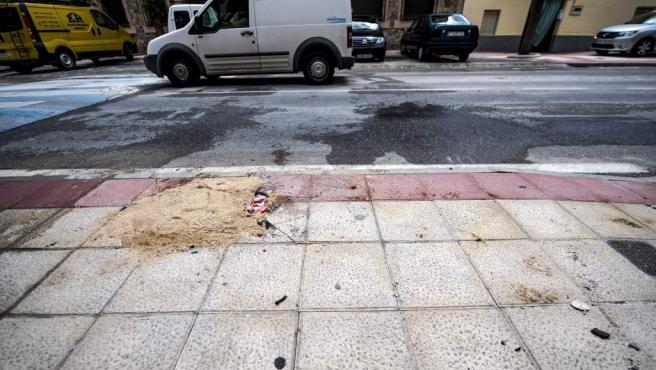 Un montón de arena tapa el hueco de la farola en la que se estrelló un coche en el que viajaban junto a su madre un bebé de 10 meses, que murió, y su hermano de 7 años, que resultó herido, en la localidad toledana de Gerindote.
