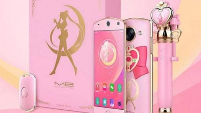 Un 'pack' incluye el teléfono móvil y el palo 'selfie' oficiales de 'Sailor Moon'.