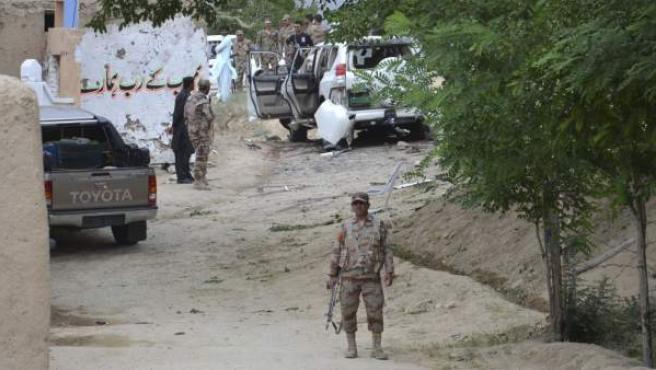 Agentes de seguridad registran el sitio donde tuvo lugar una explosión de una bomba en un vehículo al paso del convoy en que se desplazaba el vicepresidente del Senado paquistaní, Abdul Ghafoor Haideri, en Mastung, Pakistán.