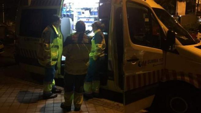 Ambulancia que acudió a atender a una víctima de violencia machista en Usera.