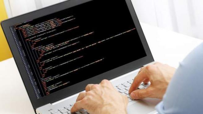 Un usuario manejando el lenguaje de programación informática en un ordenador.