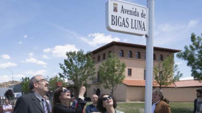 Celia Orós (d), viuda de Bigas Luna, la actriz Aitana Sánchez Gijón (c), y el alcalde de Calamocha, Manuel Rando (i), durante el homenaje que el municipio turolense ha hecho al cineasta barcelonés fallecido en 2013, con la inauguración de una avenida con su nombre donde se ubica el Museo del Jamón.