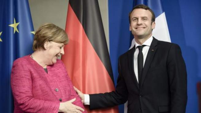 La canciller alemana, Angela Merkel, y el presidente francés, Emmanuel Macron, antes de la rueda de prensa tras su encuentro en la cancillería alemana.