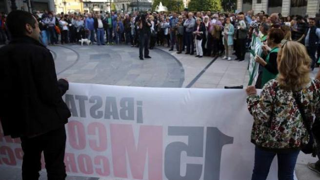 Concentración frente a las puertas del Teatro Campoamor de Oviedo en respuesta a la convocatoria con motivo del aniversario del 15-M que hace seis años surgió en calles y plazas de todo el país.