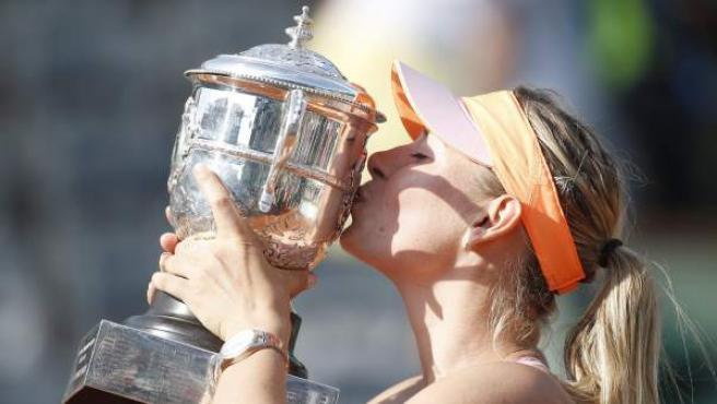 La tenista rusa María Sharapova besa la copa de campeona de Roland Garros en 2014.