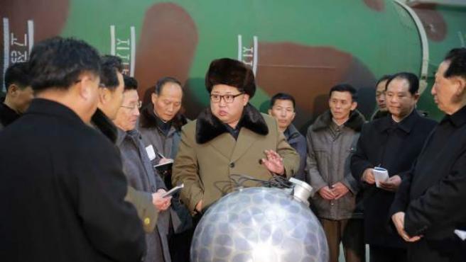 Fotografía de archivo cedida por la agencia KCNA que muestra al líder de Corea del Norte Kim Jong-un.