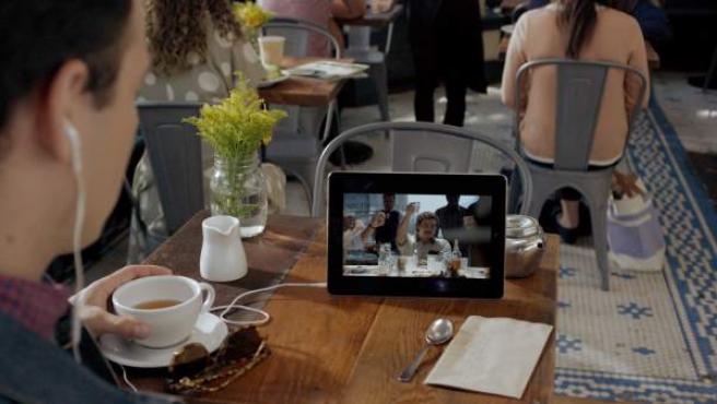 Un joven ve 'Narcos' en su tableta a través de Netflix.