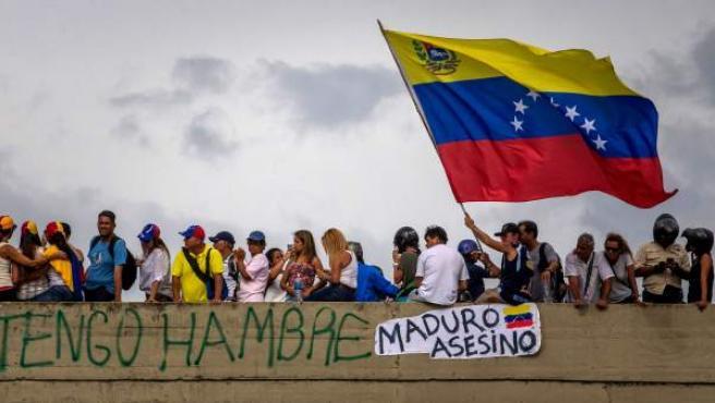 """Manifestantes participan del denominado """"Gran plantón nacional"""" convocado por la oposición en Caracas."""