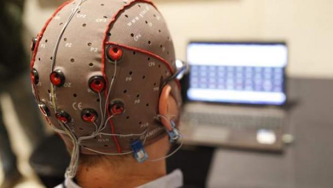 La estimulación eléctrica cerebral con electrodos aplicada sin dolor será una práctica habitual en diez años para mejorar el rendimiento intelectual, mientras que la implantación de chips en el cerebro permitirá escribir con la mente a grandes discapacitados y curar algunas enfermedades neurológicas.