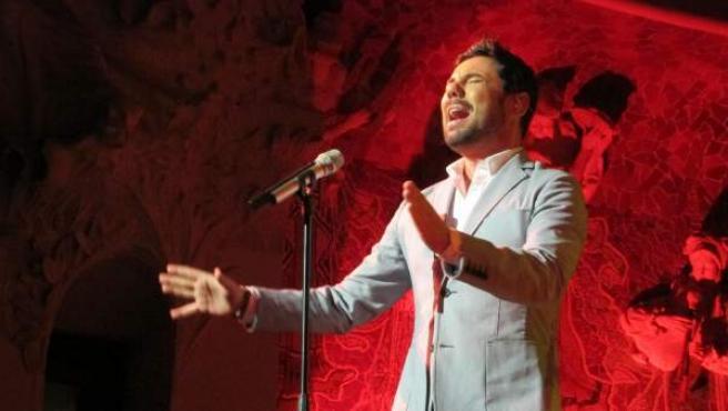 El cantaor Miguel Poveda canta En Barcelona.