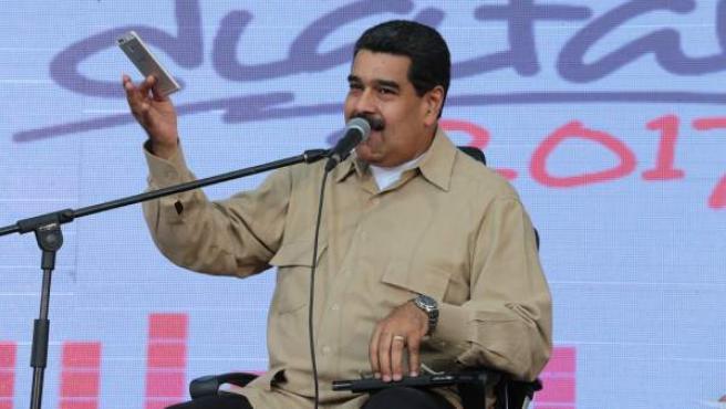 Nicolás Maduro (i), hablando durante un acto con simpatizantes transmitido por la televisión estatal VTV.