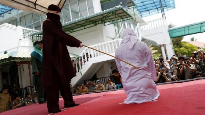 Una mujer es azotada en público por violar la sharía o ley islámica, en Banda Aceh (Indonesia). Cuatro personas fueron castigadas con entre 23 y 25 varazos por haber practicado sexo antes del matrimonio.