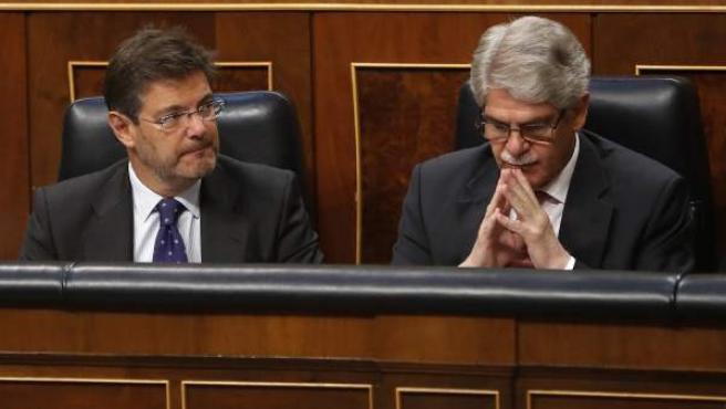 El ministro de Justicia, Rafael Catalá (i), junto al ministro de Asuntos Exteriores, Alfonso Dastis (d), durante la sesión de control al Gobierno.
