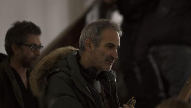 "Olivier Assayas: ""La sociedad moderna nos deja solos frente a la muerte"""