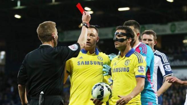 El jugador del Chelsea Cesc Fabregas (c) es expulsado por el árbitro Mike Jones ante el West Bromwich Albion en un partido de la Premier en mayo de 2015.