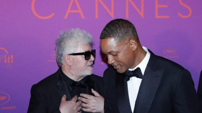 El actor estadounidense Will Smith (d) y el director Pedro Almodovar (i) conversan a su llegada a la Cena de Apertura del Festival de Cine de Cannes.